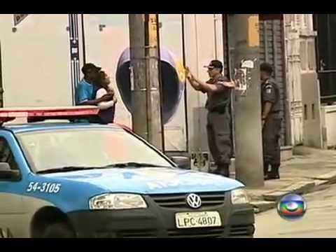 momento que policia mata  Assaltante que sequestrou  mulher de refem no Rio de Janeiro na tijuca