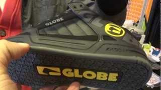La scarpa Globe Liberty Shoes per il videogioco Halo 4 della Xbox e al Tilt, indicata per lo skateboard. Si tratta di scarpe particolari e tecnologiche, le Globe Shoes: nel vidoe vediamo quella ispirata dal videogioco di guerra Halo 4 che gira sulla XBox e la Tilt indicata per lo skate.