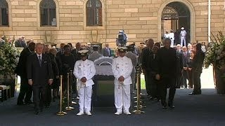 Thousands come to say goodbye to Mandela as his body lies in state