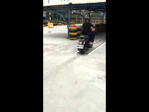 這名男子考「直線平衡駕駛7秒」自信催油門,接下來他咻的一下通過的畫面讓網友笑到腹痛!