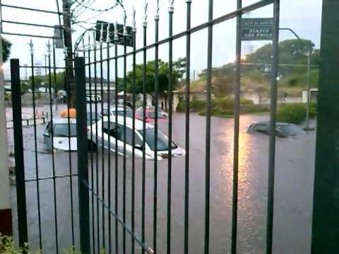 Enchente arrasta carros em Osasco