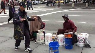 Video Un Danseur hip hop aide un Batteur de Rue MP3, 3GP, MP4, WEBM, AVI, FLV September 2017