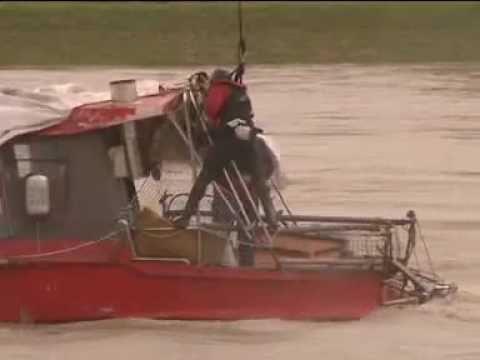 Un hombre es rescatado un instante antes de que su barco se hunda