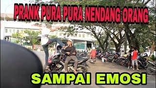 Download Video PRANK PURA PURA NENDANG ORANG - PRANK INDONESIA MP3 3GP MP4