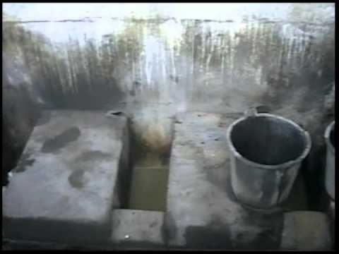 「1997年撮影、中国のオープンタイプ共同便所(ニーハオトイレ)の様子。」のイメージ