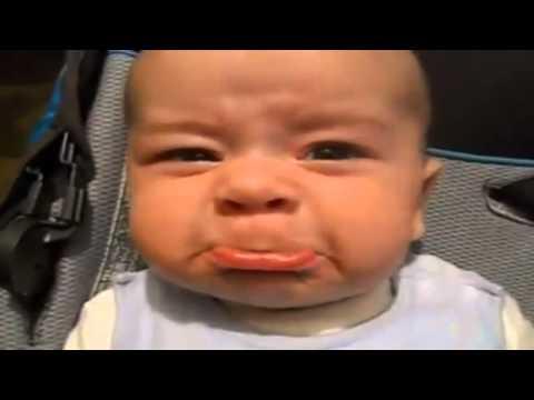 Vater veräppelt Baby mit Geräuschen
