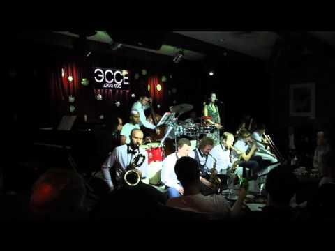 """Большой джазовый оркестр играет афро-кубу в джаз клубе """"ESSE"""""""