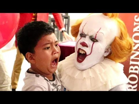 """Pennywise Terrifies Audience inside """"The House of Mirrors"""" (Robinsons Movieworld, Galleria)"""