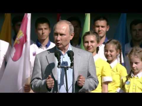 Выступление нацеремонии открытия седьмой смены Международного детского центра «Артек»