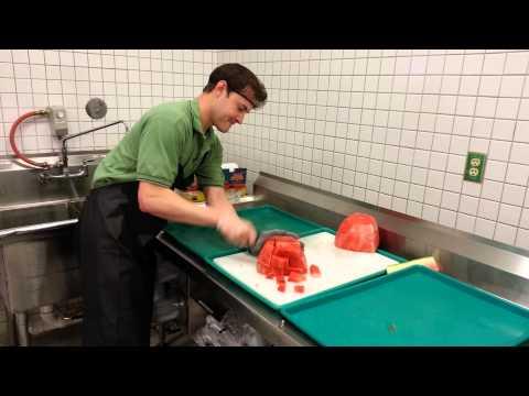 Skicklig kille skivar upp en vattenmelon