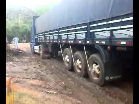 camion scania - No pudo subir un charquito el Scania, el chófer dijo que no se puede hacer patinar mucho por que tiene el diferencial frágil, me caí de espalda y me pregunto...