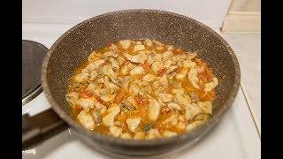 Курица кусочками с томатами на сковороде, быстро и просто