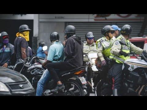 Venezuela: Bewaffnete auf Motorrädern schießen in Caracas ...