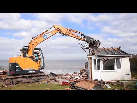 Hemsby homes hanging over cliffs demolished (видео)
