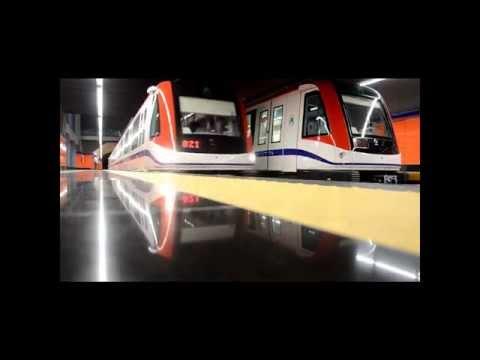 Metro de Santo Domingo. Línea 2 (llegada y salida de dos trenes)
