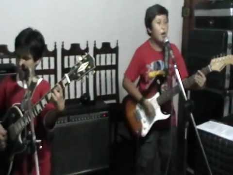 ESPECTACULAR NIÑO ROCKERO TOCANDO GUITARRA Y CANTANDO SWEET CHILD O' MINE