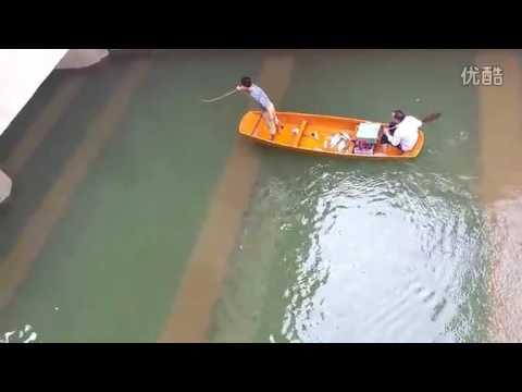 現場實拍!漁夫在大橋底下電魚!結果下一秒...驚呆了!