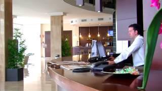 www.torsehoteles.com/bahiacalpe El Hotel BahíaCalpe es un majestuoso edificio de arquitectura moderna que se encaja con naturalidad en su entorno.