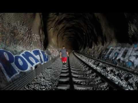 Można się zesr*ć w majty! Chcieli się przejść tunelem, w połowie drogi okazało się, że jedzie pociąg!