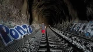Chcieli się przejść tunelem, w połowie drogi okazało się, że jedzie pociąg!