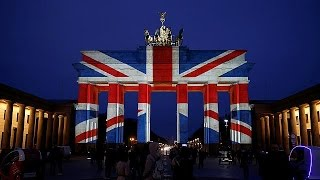 Бранденбургские ворота превращается в гигантский Джек Союз после террористической атаки на Лондон парламент