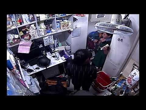 VIDEO cận cảnh dùng dao cướp tiền ở một siêu thị tại quận 2, TP HCM
