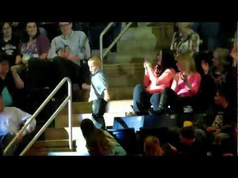 觀眾台上的小孩,就在這個時刻瞬間震懾住全場民眾的目光!