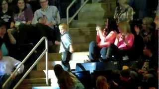 Chłopiec zaczął tańczyć na koncercie! 15 sekund później cała widownia podziwiała jego występ!