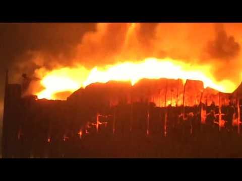 London: Großbrand und Explosionen in einer Lackfabrik