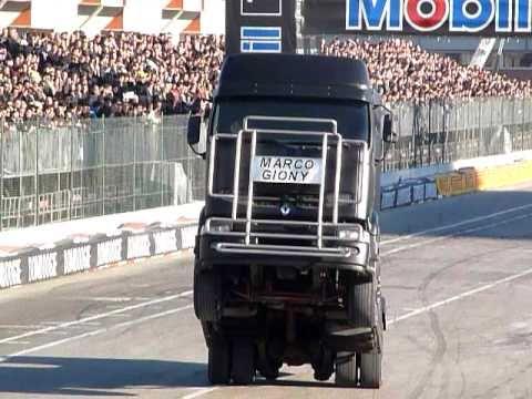 stunt camion al motorshow di bologna ( it )