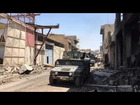 القوات العراقية تتقدم داخل المدينة القديمة غربي الموصل ضمن هجومها على آخر حصون داعش في المدينة، محذرة الأهالي وداعية المتشددين إلى الاستسلام. [وكالة الصحافة الفرنسية]
