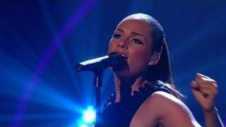 Alicia Keys - Try Sleeping With A Broken Heart (On Britain's Got Talent) (Live) lyrics (Spanish translation). | Even if you were a million miles away