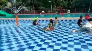 Intip ibu hamil berenang