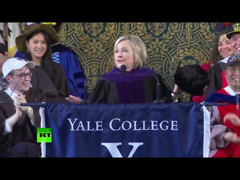 'If you can't beat them, join them': Clinton pulls out Russian hat during Yale speech (видео)