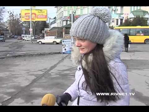 Стартап по-рівненськи: перейти проблемну дорогу у Рівному жінкам допомагає носильник [ВІДЕО]
