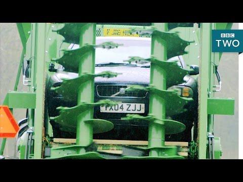 Zrobili totalną miazgę! Volvo przemielone przez rozrzutnik obornika!