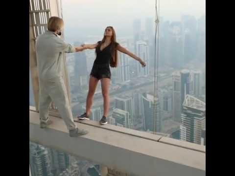 為拍美照不要命!辣模在摩天高樓外「懸空」拍照