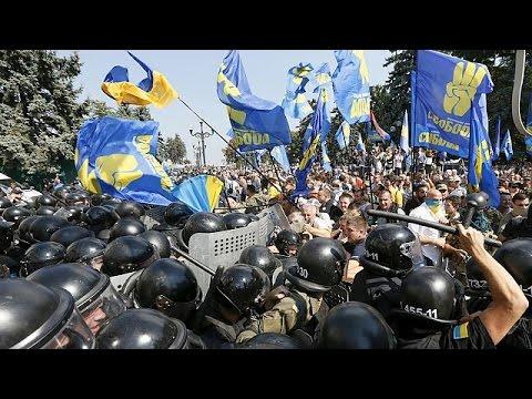 Ουκρανία: Νεκρός αστυνομικός σε συγκρούσεις έξω από το κοινοβούλιο