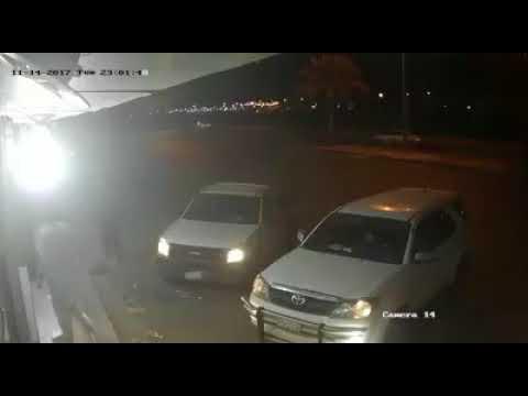 العرب اليوم - شاهد: لص يستغل إهمال رجل ويستولي على سيارته في السعودية