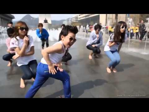 due bimbi asiatici che ballano