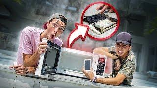 COLOCAMOS O IPHONE DO NOSSO AMIGO NO MICROONDAS! ( explodiu? )