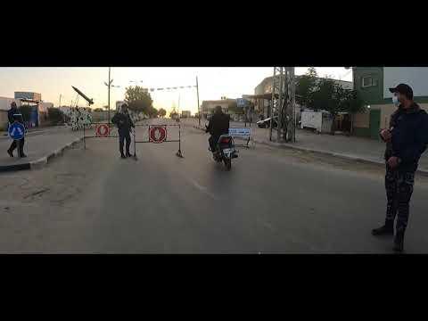 عناصر الشرطة خلال تلبية احتياجات المواطنين الطارئة خلال فرض حظر التجوال والإغلاق الشامل