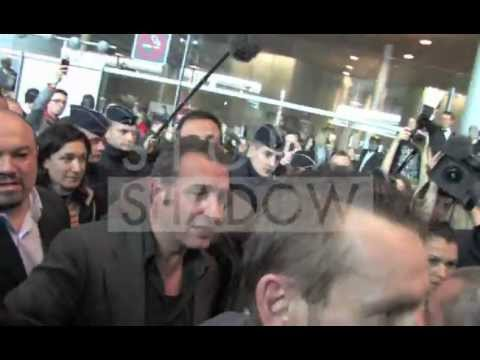 Jean Dujardin crazy arrival at the airport in Paris after Oscar best actor winning