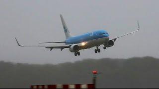 KLM B737 PH-BXC approach is behoorlijk ruig, net voor de landing het toestel ongeveer 30 meter hoog. Opdat moment corrigeerd de piloot toestel voor een zo goed megelijke opstelling voor de landing.https://www.planespotters.net/airframe/Boeing/737/29133/PH-BXC-KLM-Royal-Dutch-AirlinesPH-BXC KLM Royal Dutch Airlines Boeing 737-8K2(WL) - cn 29133 / 305onstruction Number (MSN) 29133Line Number 305Aircraft Type Boeing 737-8K2First Flight 09. Jun 1999Age 16.7 YearsAirframe Status Active
