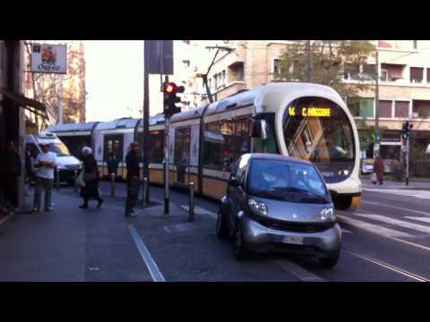 parcheggia la smart sui binari e blocca il traffico: la reazione è buffa