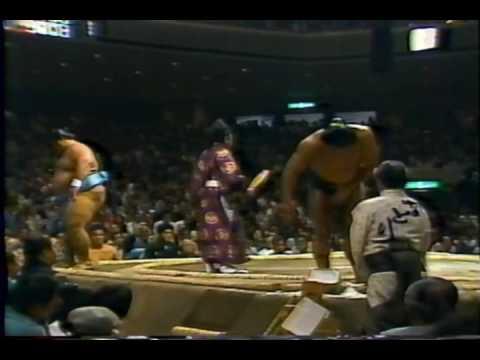 「まさに小さな大横綱。千代の富士が体重が2倍もある小錦を豪快な下手投げで破る一番」のイメージ