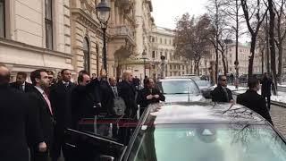 الرئيس يرد التحية على الجالية المصرية المحتشدة بفينا للترحيب به