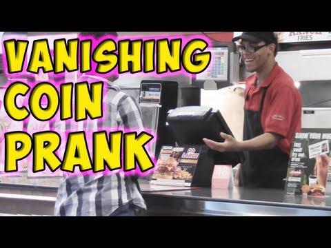 Haciendo desaparecer una moneda a los dependientes de un restaurante de comida rápida