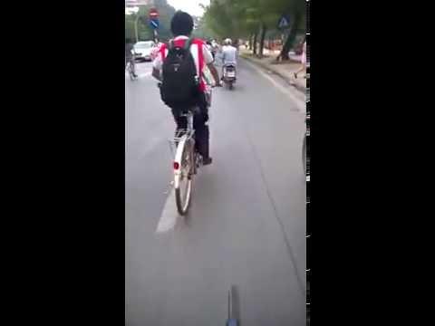 Thánh đạp xe :v 2 chân song song đạp cùng 1 lúc :v