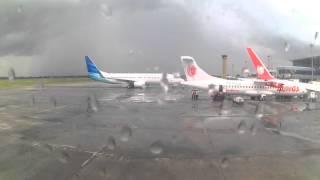 Video Persiapan Garuda Indonesia Untuk Lepas Landas di bandara Lombok Praya , NTB MP3, 3GP, MP4, WEBM, AVI, FLV Juli 2018